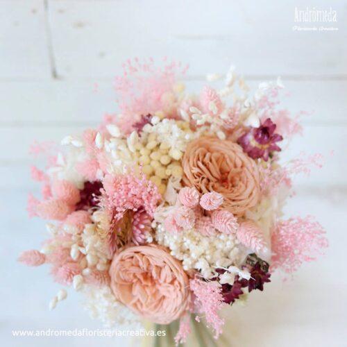 ramo de novia con rosas de jardin