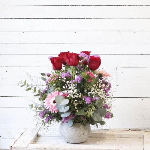 Centro de cinco rosas rojas