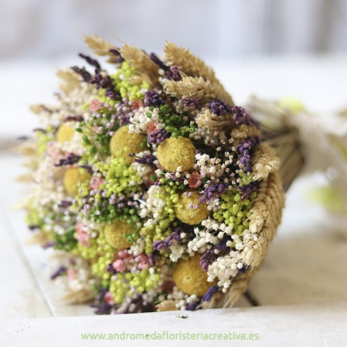 Ramo de novia con flores secas de colores